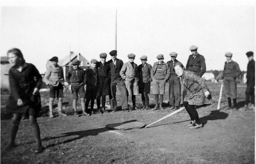 1 luokkalaisia pelaamassa pesäpalloa 1930-1931